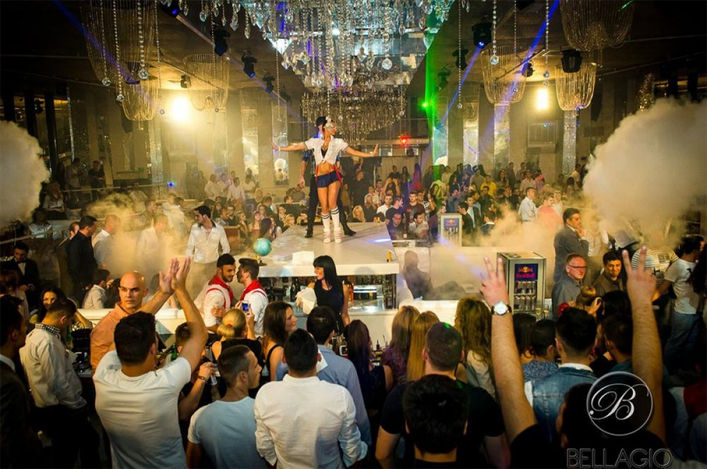 Veneai cu poșetuță, acum pleci cu punguță: un club de fițe din București se  transformă în Mega Image | Știri | Un site de muzica