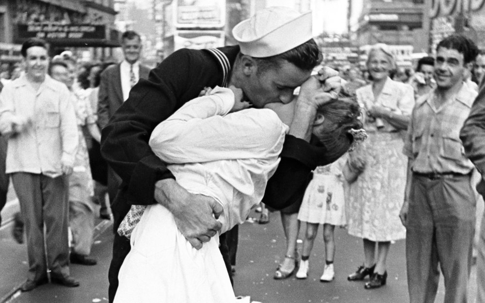 WWII Sailor in Controversial 'The Kiss' Photo Dies at 95   Live ...