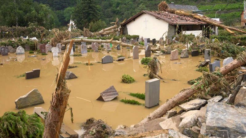 a group of people sitting at a zoo: The cemetery in Altenahr was flooded on Thursday.