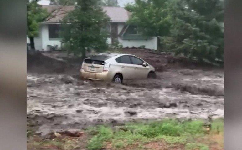 Arizónában nem jó az utcán parkolni - elviszi az autót a víz...