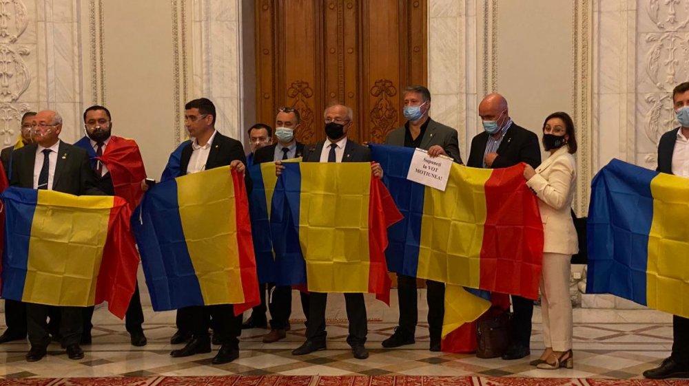 Protest în Parlamentul României. Deputaţii AUR s-au înfăşurat în tricolor  şi boicotează orice vot, dacă nu se dezbate moţiunea de cenzură |  observatornews.ro