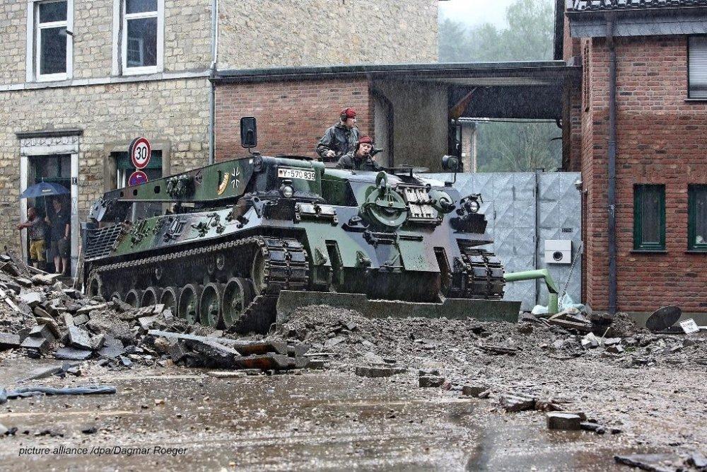 Armata a ieșit în stradă. Numărul victimelor crește. Situația din Germania e critică. FOTO