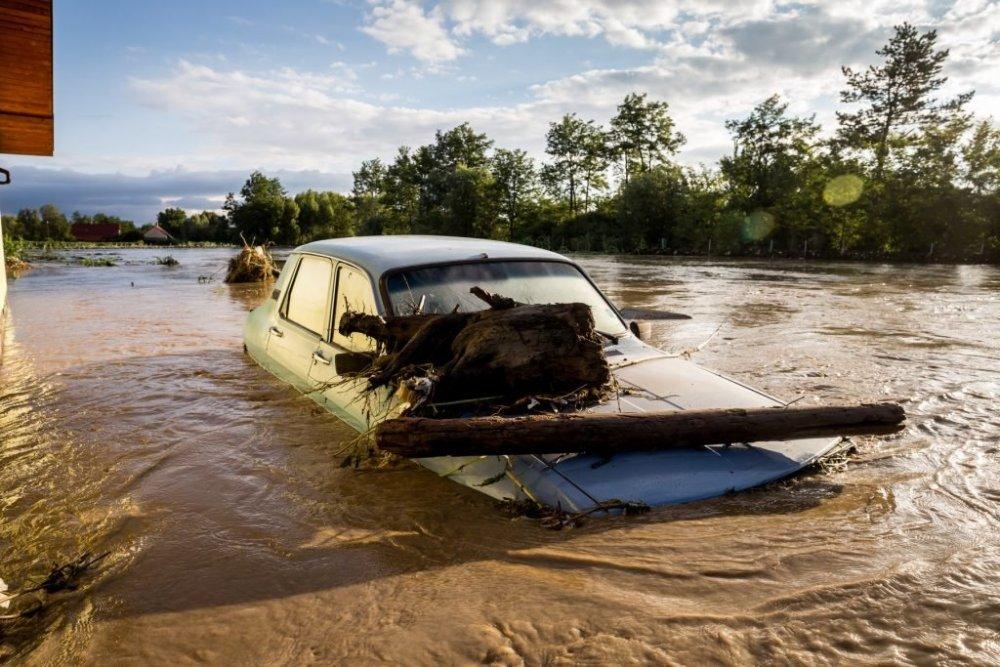 După 6 ore cu 223 l/m2, România nu scapă de inundaţii. ANM a lansat prognoza meteo