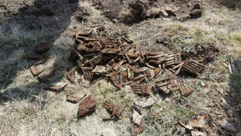 Harghita: Sute de cartuşe găsite pe câmp